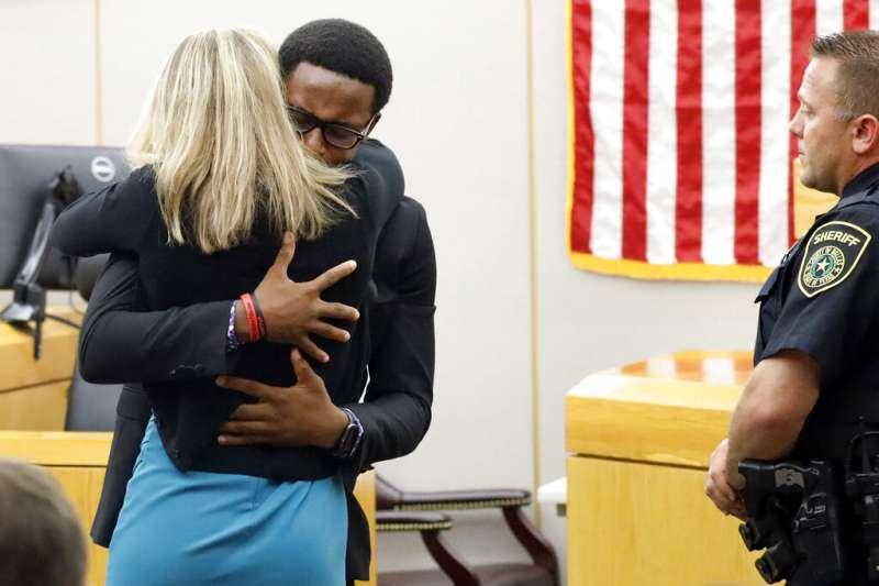 美國德州大城達拉斯去年9月驚傳一起白人警察槍殺手無寸鐵黑人的事件,死者的18歲弟弟當庭擁抱了泣不成聲的殺人女警蓋格,表示願意原諒她。(AP)