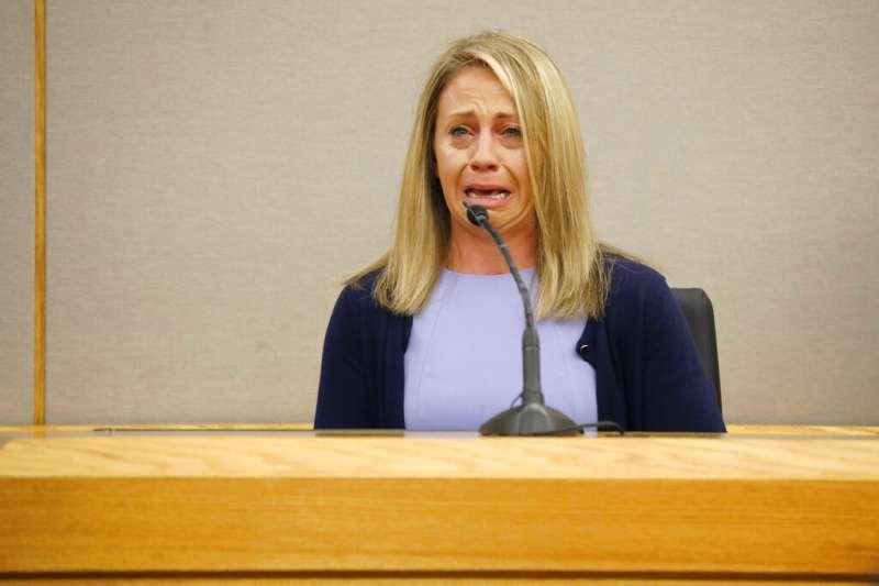 美國德州大城達拉斯去年9月驚傳一起白人警察槍殺手無寸鐵黑人的事件,殺人女警蓋格庭上痛哭失聲。(AP)