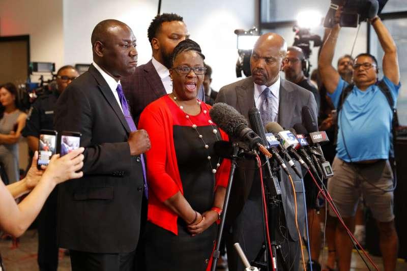 美國德州大城達拉斯去年9月驚傳一起白人警察槍殺手無寸鐵黑人的事件,死者的母親質疑警察不應被訓練如何殺人。(AP)