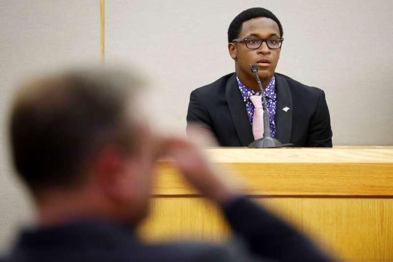 美國德州大城達拉斯去年9月驚傳一起白人警察槍殺手無寸鐵黑人的事件,死者的18歲弟弟當庭表示願意原諒被告。(AP)