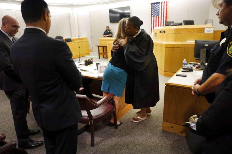 美國德州大城達拉斯去年9月驚傳一起白人警察槍殺手無寸鐵黑人的事件,法官坎普當庭擁抱了被告女警蓋格。(AP)