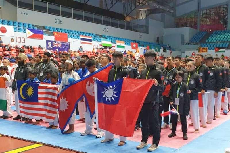 在中華隊堅持下,台灣選手們舉國旗而非奧運會旗入場,參加剛柔會錦標賽。(取自榮耀空手道訓練中心臉書)