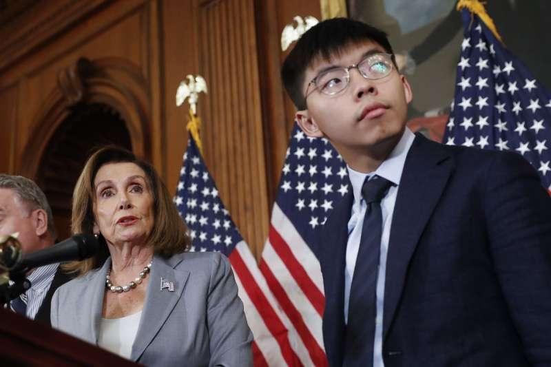 2019年9月,香港反送中民主運動領袖黃之鋒前往美國國會,發表談話,呼籲國際社會支持,眾議院議長裴洛西出面力挺。(AP)