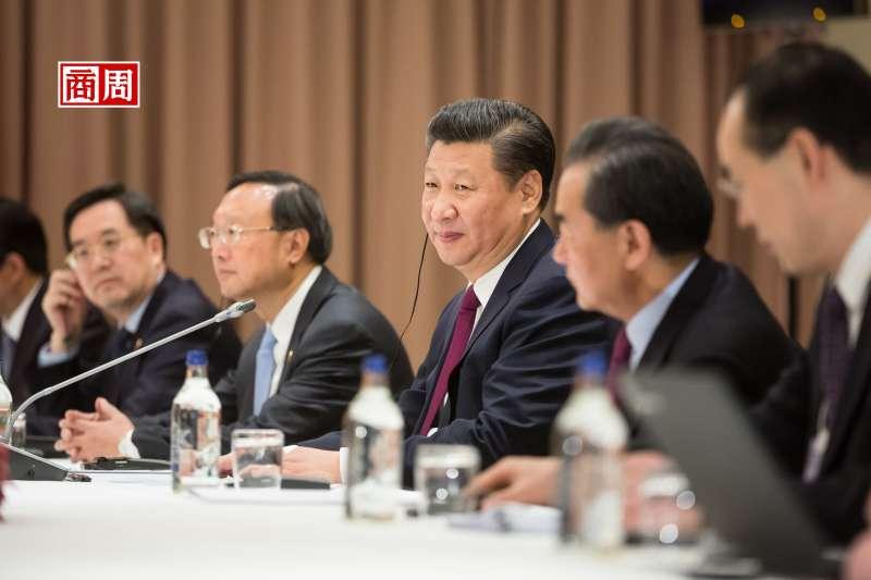 中華人民共和國建國滿70年,中國國家主席習近平正一手推行「國進民退」的政策方針。