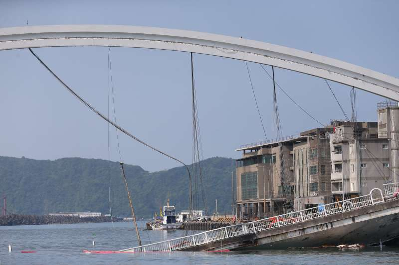 20191003-南方澳跨港大橋坍塌第三日,斷裂鋼索仍懸掛於現場拱形橋體。(顏麟宇攝)