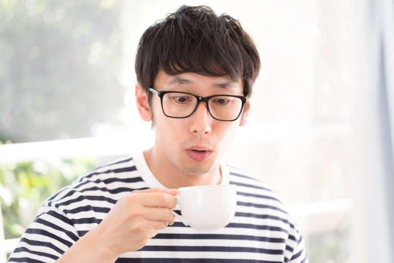 對於久坐、工作時間長、大量用腦型的工作者,最好能養成早餐時先不喝咖啡或飲品,而先吃主食。(圖/pakutaso)
