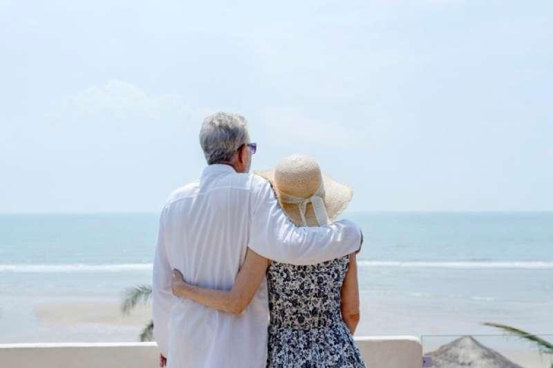 不論是勞保年金或是勞退年金,想在退休後,年金領的多,共通點就是「年資要長」。(圖片來源:freepik)