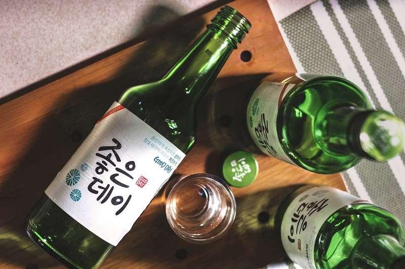 韓國的飲酒文化十分特別,掌握以下10點可以讓你輕鬆跟韓國朋友打成一片。(圖/Would You Magazine)