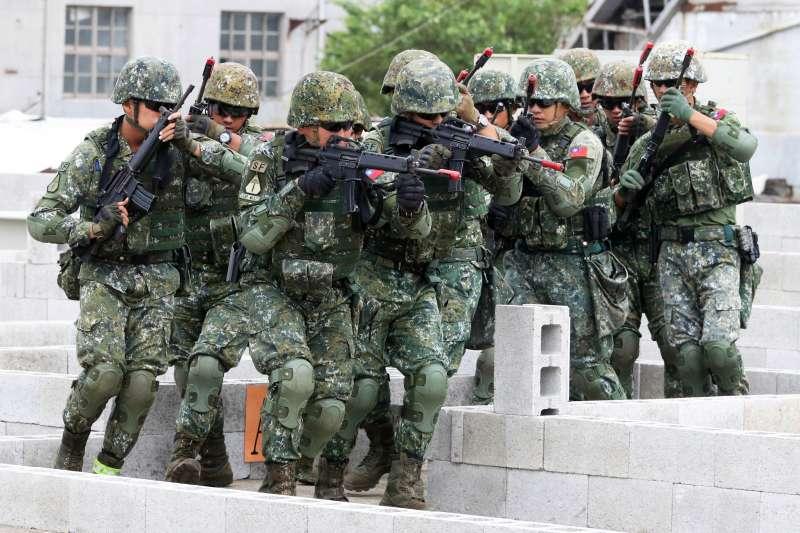 20191003-陸軍特戰部隊導入美軍綠扁帽「特戰分遣隊」(ODA)概念執行任務,類似概念包括過去曾曝光的六人特戰小組,而在可派遣複數編組情況下,官兵亦演練多人遂行限制空間戰鬥的能力。(蘇仲泓攝)
