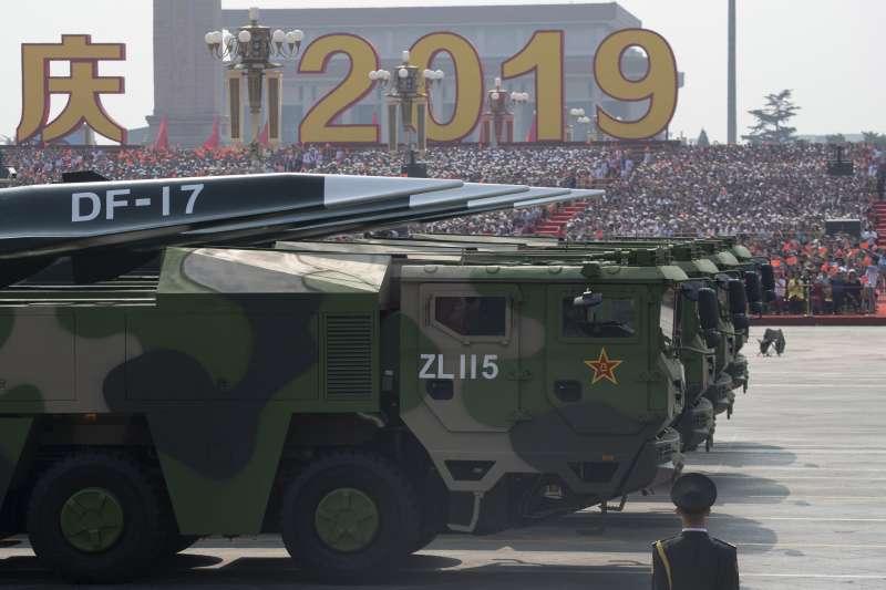 2019年10月1日,中國以大閱兵慶祝建國70周年,這是東風-17(DF-17)近程彈道飛彈。(美聯社)