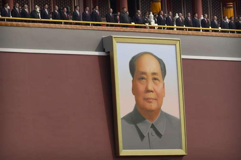2019年10月1日,中國以大閱兵慶祝建國70周年,天安門廣場高掛毛澤東肖像。(美聯社)