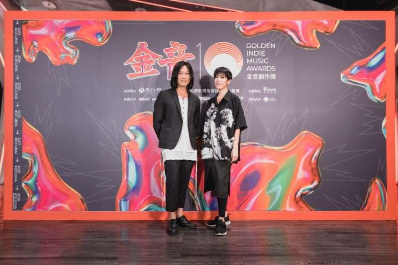 第10屆金音獎今(3)日公布入圍名單,由五月天瑪莎(左)任評審團主席,與前任主席陳珊妮(右)合影。(金音獎提供)
