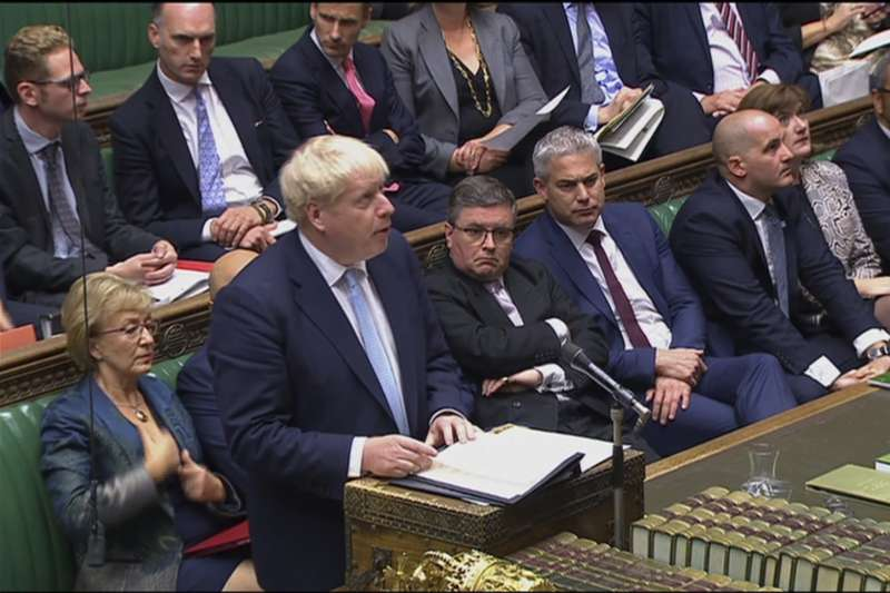 2019年10月3日,英國首相強森在國會發表談話,宣布新版英國脫歐方案(AP)
