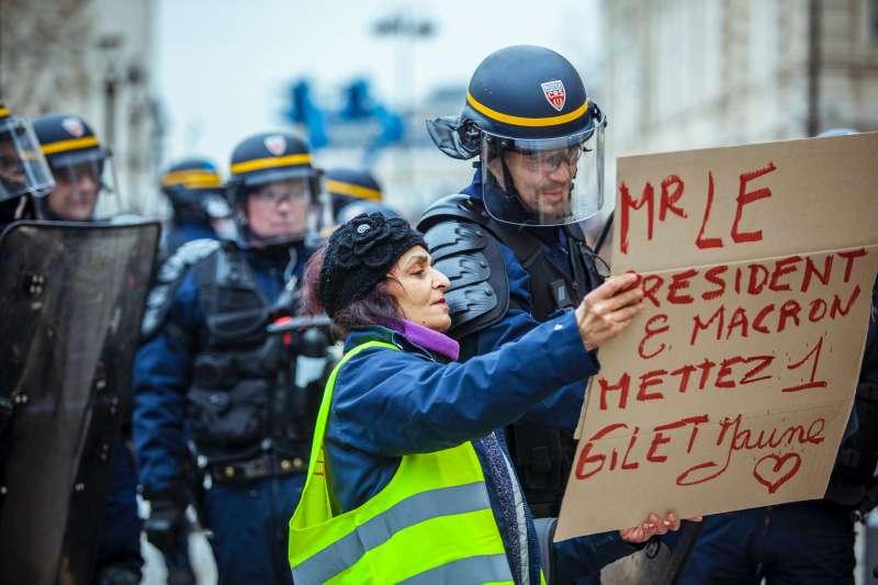 要向法國警察報案,有時須現場排隊等候,若遇上午休時間還得等上兩小時(圖/Unsplash)