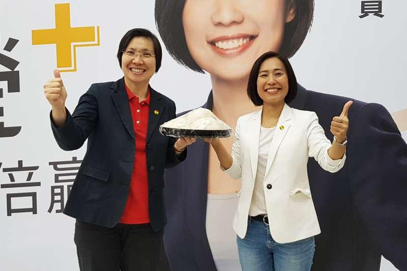 國會黨副主席徐欣瑩(左)送上包子,預祝廖蓓瑩順利當選竹市立委。(圖/方詠騰攝)