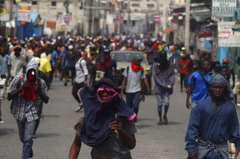 我國友邦海地近日陷入政治動盪,上萬民眾上街頭示威,要求總統摩依士下台。(AP)