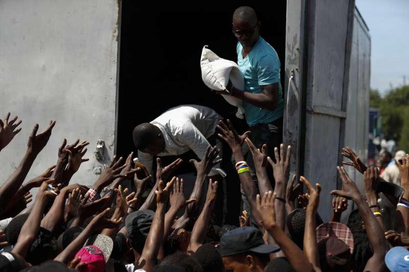 我國友邦海地近日陷入政治動盪,上萬民眾上街頭示威,要求總統摩依士下台,ˋ示威也導致國家糧食短缺。(AP)