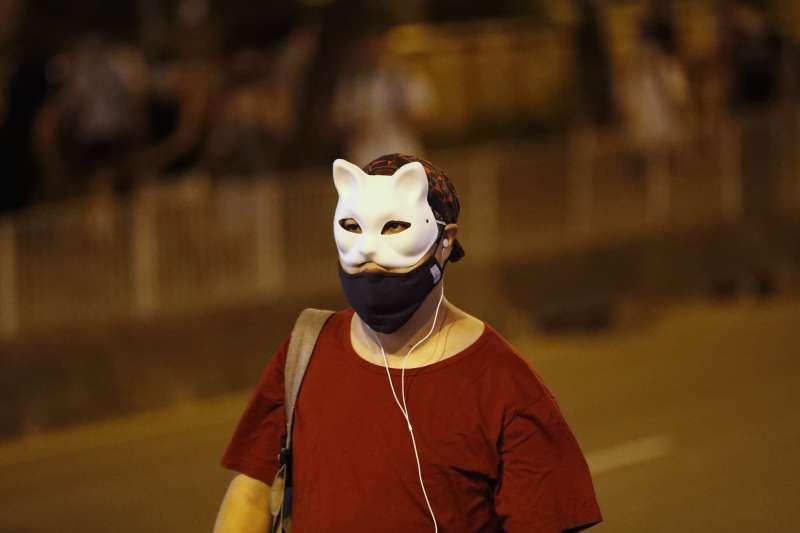 禁止蒙面無法遏阻暴力,該條例授權行政長官於認為香港進入「緊急情況」或「危害公安」時,可訂立任何符合公眾利益的規例(資料照,AP)