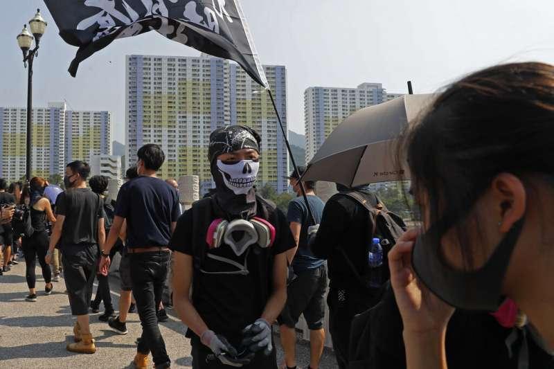 從各種口罩、面罩、防毒面具到V怪客的面具,共同構成了香港反送中抗爭的圖騰與臉譜。(美聯社)