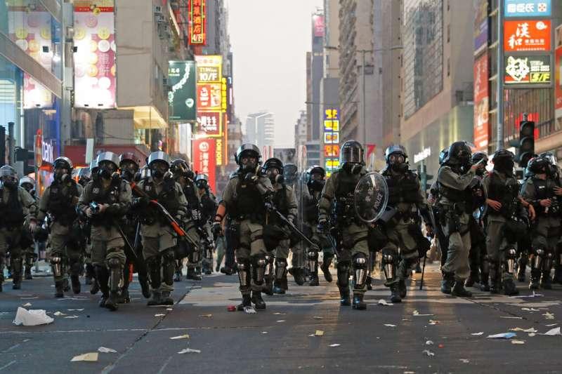 鎮壓反送中抗爭的香港警察。(美聯社)