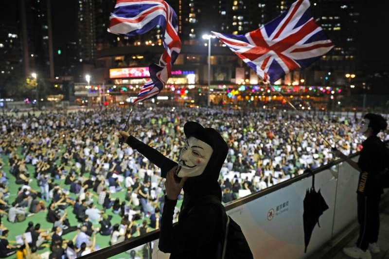 《禁蒙面令》頒布後,抗爭口號已成「香港人,反抗」。(資料照,美聯社)