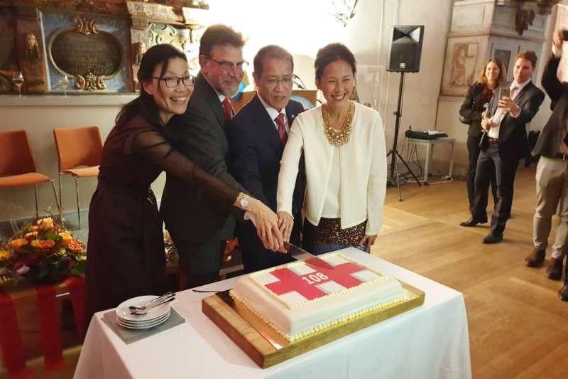 我國駐瑞典代表廖東周(右2)夫婦與瑞典台瑞國會協會主席貝爾格隆(左2)慶祝我國國慶(翻攝臉書)