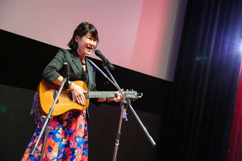 2019第26屆台灣國際女性影展4日晚間在光點華山電影館正式開跑,開幕典禮暨開幕片《倖存的女孩》放映會上,客語金曲歌后羅思容到場開唱。(台灣國際女性影展提供)