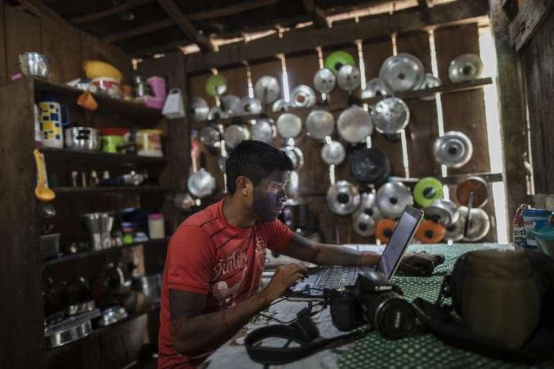 青年歐瑞瑞爾用相機記錄下坦貝人開啟部落會議的場景,現代影像科技成為他們發聲的新工具。(AP)