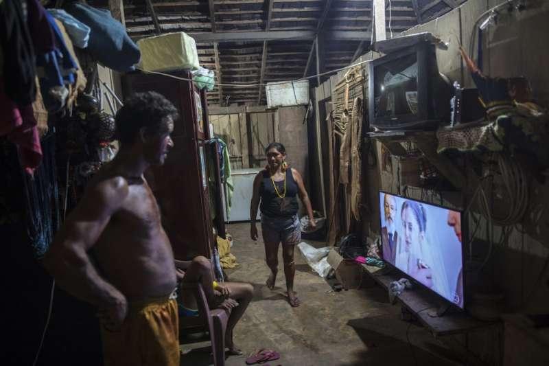 電視機如今也成為坦貝人家戶裡可見的配備。(美聯社)