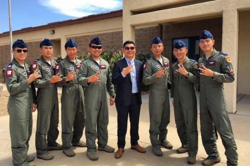 國民黨立委許毓仁等人將出席美台國防工業會議,是國民黨暌違3年首次回歸參與的年度國際重要國防工業會議。圖為2017年許毓仁在亞利桑那州的路克空軍基地,與台灣的F-16飛行員21中隊成員合影,該基地為台美合作訓練F-16飛行員之處。(許毓仁辦公室提供)
