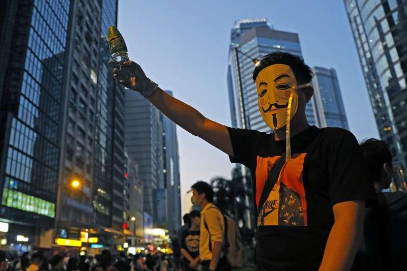 香港禁蒙面法通過,示威愈演愈烈。(AP)