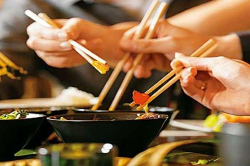手抖症狀嚴重時可能無法拿杯子喝水、用筷子吃飯,造成生活上的困擾。(圖/freepik)