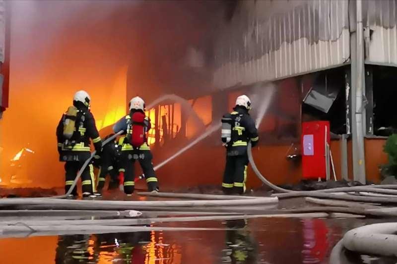 20191006-中市大雅區一處紙器鐵皮工廠3日早晨發生大火,消防員現場撲面火勢。(中市消防局提供)