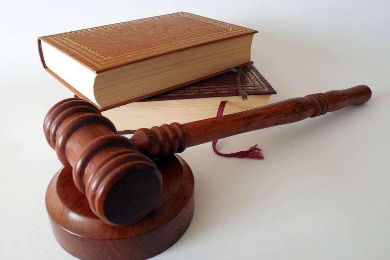 (示意圖)泰國一名法官在宣判案件後當庭抨擊泰國司法體系,隨後朝自己胸口開槍尋短。(Pixabay)
