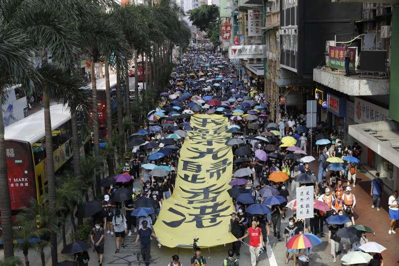 香港示威延燒長達四個月,對習近平造成不小壓力。圖為示威者走上街頭,抗議《禁止蒙面規例》實施。(AP)