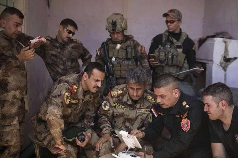 討伐「伊斯蘭國」有功的伊拉克反恐局(Counter-Terrorism Service)指揮官沙迪(Abdul-Wahab al-Saadi,前排中)。(美聯社)