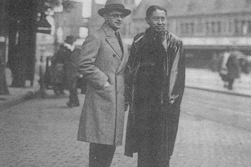1930年,常玉與好友約翰.法蘭蔻(Johan Franco,荷蘭作曲家)在巴黎街頭(圖取自網路)