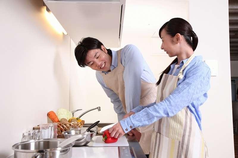 其實同居更多的是日常生活,而非浪漫,生活中有柴米油鹽,還有洗碗拖地。(圖/photo-ac)