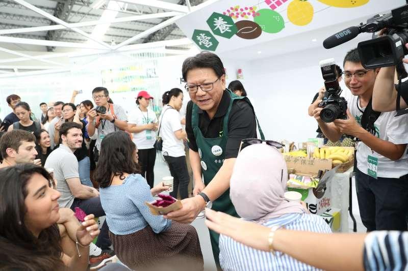 台灣設計展日前正式開幕,縣長潘孟安(中)擔任一日店長。(圖/屏東縣政府提供)