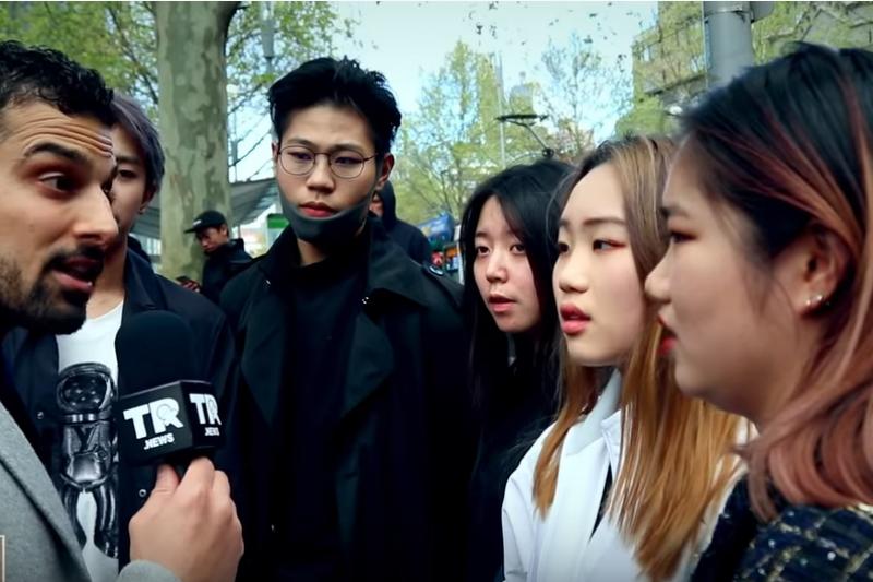 澳洲的YouTuber訪問陸生影片,被訪陸生認為中國共產黨、中國政府都是很好的,人民不該有宗教信仰自由,也不能夠上街抗議政府,否則是違法的。(截取自Avi Yemini YouTube頻道)