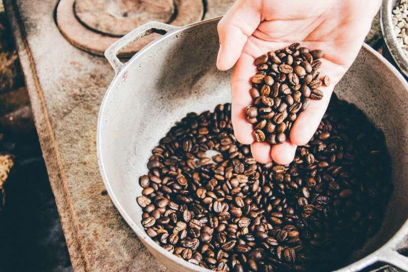 本身患有心血管疾病的人,對咖啡醇攝入應更加謹慎(圖/Unsplash)