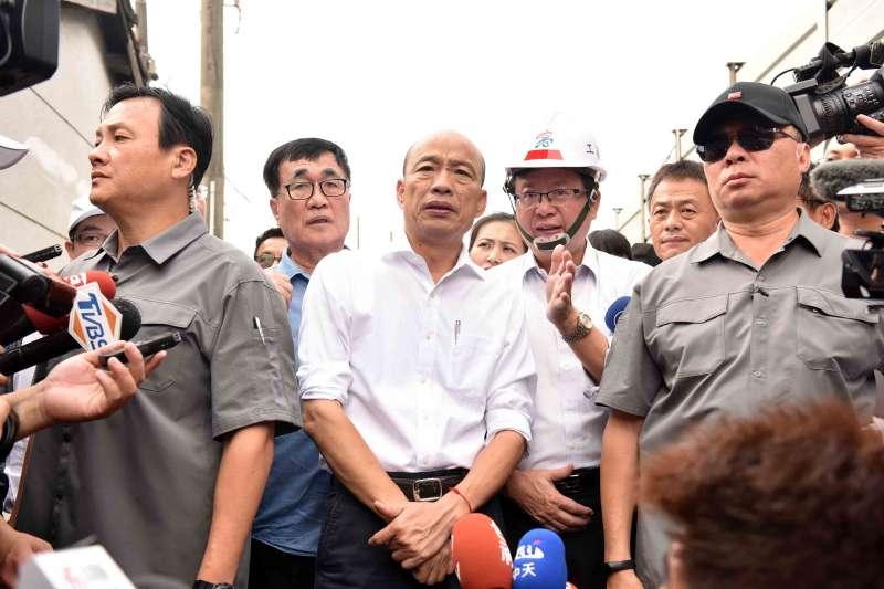 針對國民黨總統參選人韓國瑜(中),美麗島電子報董事長吳子嘉表示,韓可靠2套「草包心法」打遍天下無敵手。(資料照,高雄市政府提供)