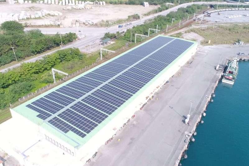 台糖為了配合政府2025年太陽光電設置容量20GW目標,準備將提供1.2萬公頃「平地森林」,作為民間業者太陽光電設置場域。示意圖。(資料照,臺灣港務股份有限公司提供).