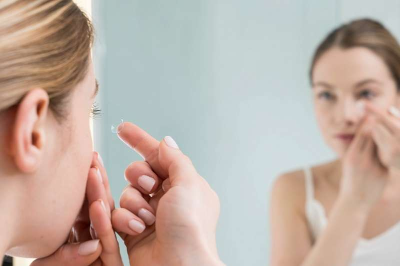 隱形眼鏡具有吸水的特性,所以隱形眼鏡碰到生水,可能會造成眼睛感染。(圖/unsplash)