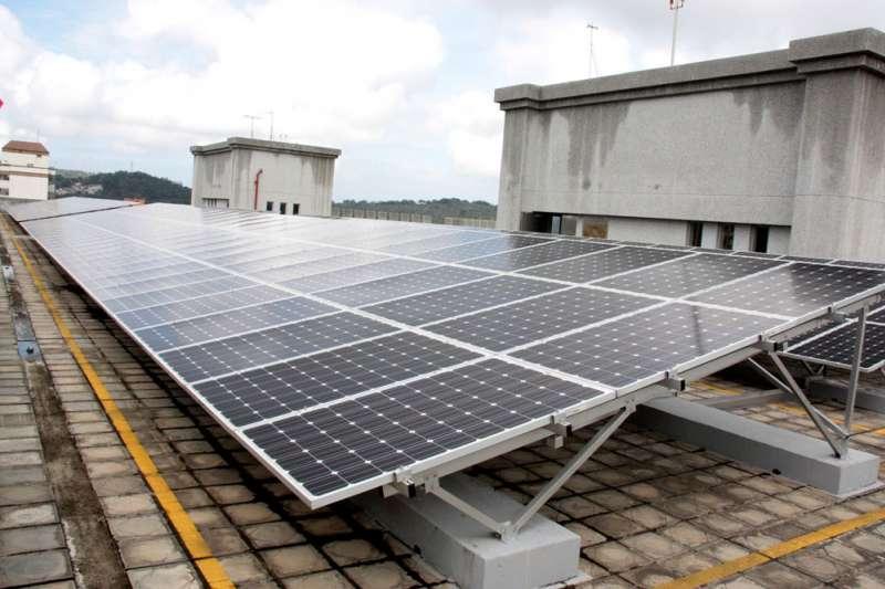 陽光伏特家近年媒合建置的太陽能板已超過10MW,直逼1支離岸風機的裝置容量。(苗栗縣政府提供)
