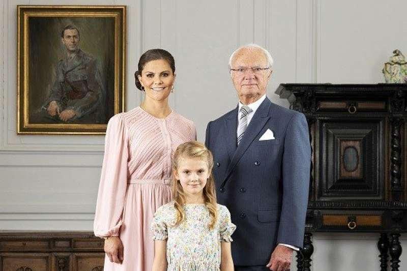 瑞典國王卡爾十六世.古斯塔夫、王儲維多利亞,以及維多利亞長女艾絲黛拉公主。(圖截自推特)