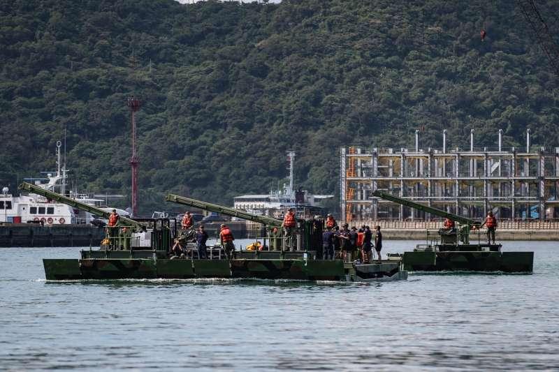 20191008-M3浮門橋車具備泛水浮游能力,更可多輛併聯,提供數十噸重得運載能量,在這次南方澳斷橋事件中,發揮「大平台」作用,協助海軍水下作業大隊人員載運所需機具執行任務。(取自軍聞社)