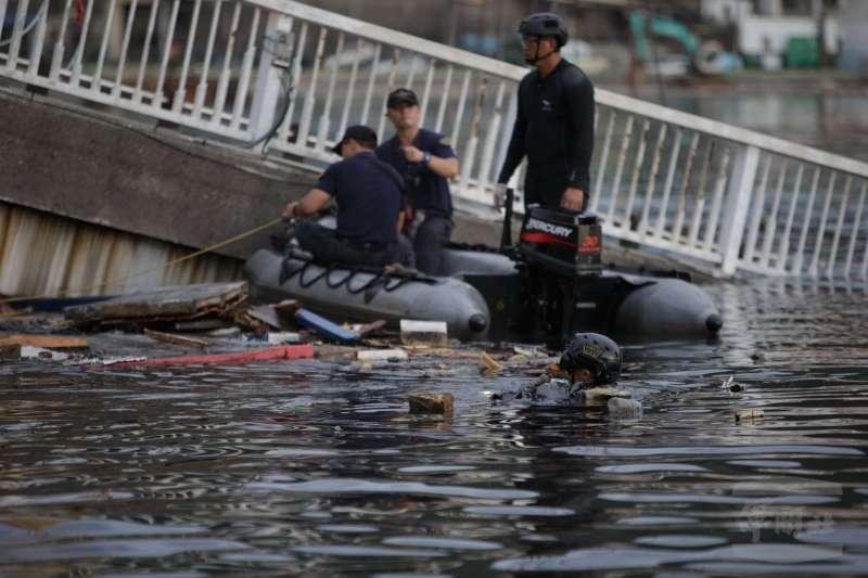 南方澳跨海大橋坍塌,海軍水下作業大隊潛水員在這次事件中發揮關鍵作用,但也因為水中散落各種漂浮物、漁具、廢油,人員下水作業亦是困難重重。(取自軍聞社)
