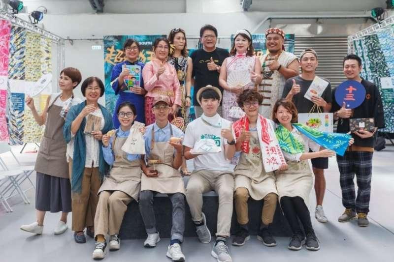 台灣設計展設計之夜「超級狂」,邀請屏東在地職人、以及象徵多元族群融合的客、原住民、新住民等素人走秀,讓民眾在人生舞台上展現自我。(圖/屏東縣政府提供)