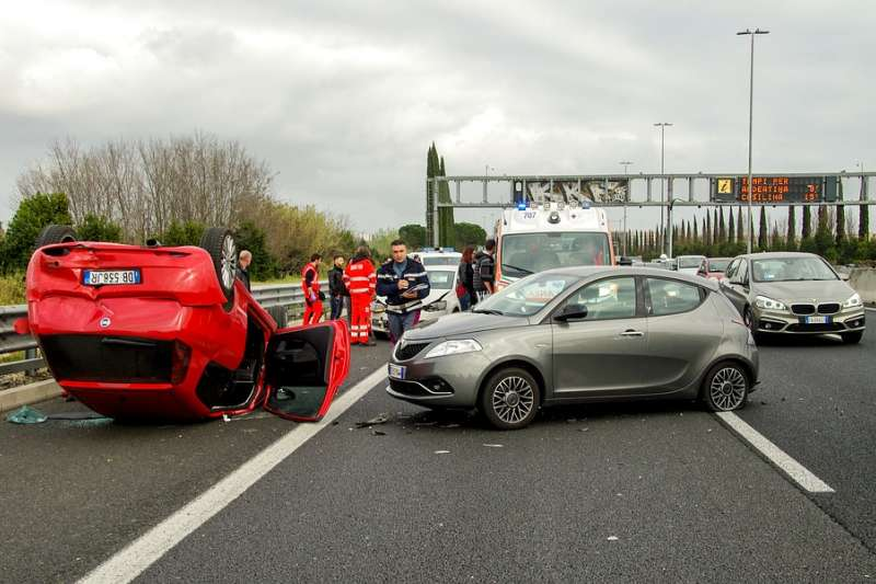 英國警方日前證實,美國外交官之妻逆向行駛撞斃一名英國機車騎士,並在肇事後離開英國。(示意圖非本人/valtercirillo@pixabay)